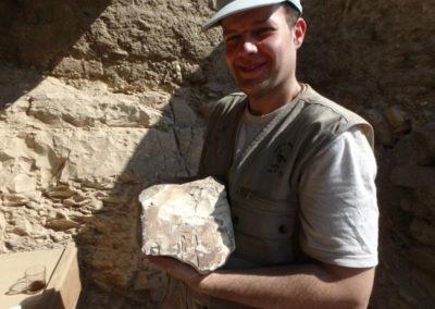 Cisco posa con un fragmento de estatua con el nombre de Ay tallado.