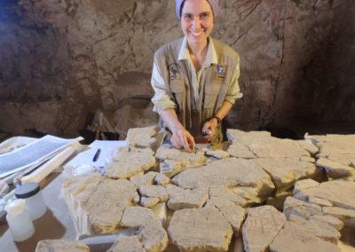 Lucía se reencuentra con los fragmentos escritos caídos del techo de la cámara sepulcral de Djehuty.