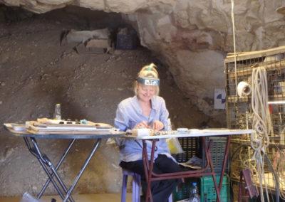 Briget Leach trabaja con los papiros dentro de la tumba de Ay.