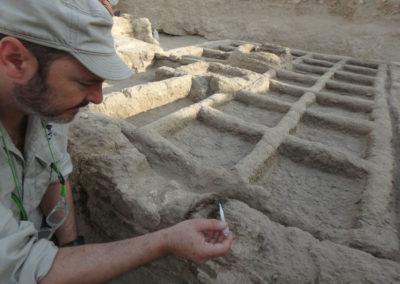Miguel Ángel consolida el barro de la estructura.