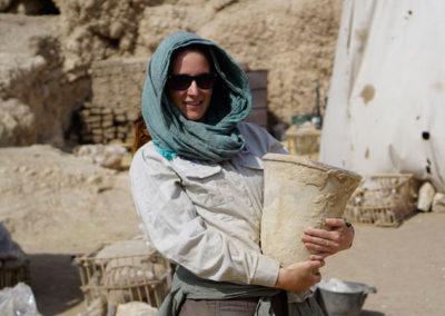 Zulema con un jarrón hallado en la tumba de la dinastía XII que excava Carlos.