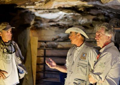 El mudir, Juan Luis Arsuaga y Javier Trueba comentan los distintos lugares del yacimiento.