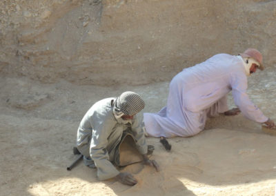 Gamal excava en el patio junto al jardín funerario.