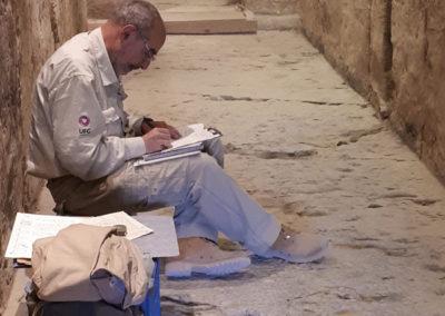 José Miguel repasa sus notas del ritual de la apertura de la boca representado en el pasillo de la tumba de Djehuty.