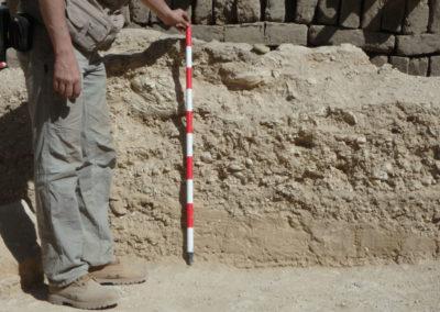 David sujeta un jalón para fotografiar el perfil de la amortización del patio, con el estrato de arenas aluviales en la base.