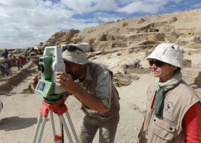 David y Angie preparan la estación total para tomar punto coordenados para la realización de fotogrametrías.