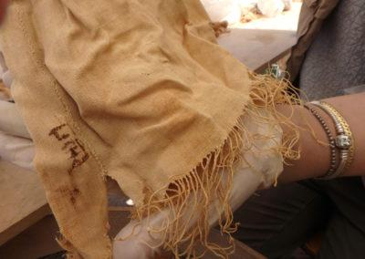 Lino con inscripción en las manos de Marisol.