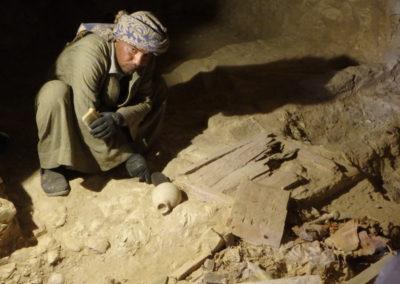 Ibrahim excava con Carlos el interior de la tumba asociada al jardín.