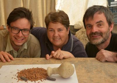 Kristian, Leonor y Guillem, disfrutan del hallazgo de una jarrita con cebada y dos dátiles, del año 1600 a. C.