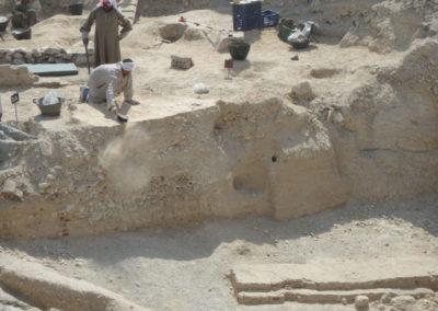 Badaui excava con David por encima del patio donde se ubica el jardín.