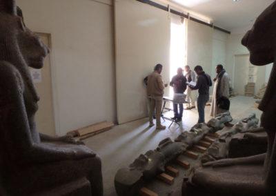 En el almacén junto a la casa de Howard Carter, registrando objetos hallados este año.