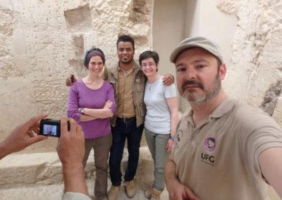 Al fondo, el inspector Ahmed se retrata con Lucía y Angie.
