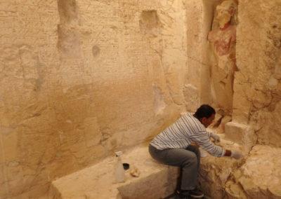 Uno de los restauradores egipcios, Rifai, consolida el pedestal de la estatua de Djehuty.