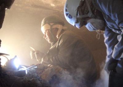 Yasín y Hagag excavan con Carlos en el interior de la tumba, tomando ciertas precauciones de seguridad.