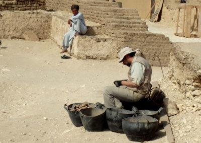 David revisa sus materiales entre el corte de la excavación y la entrada al patio de la tumba de Djehuty.