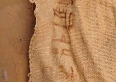 """""""El sacerdote """"puro"""" Amenhotep, años 16"""", escrito en una esquina de una tela de lino."""