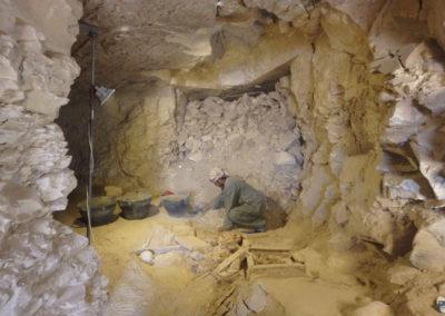 Yasín excava dentro de la tumba asociada al jardín.