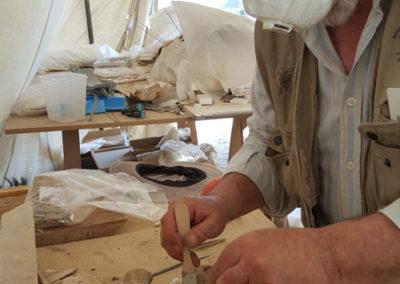 Carlos excava el interior de uno de los ataúdes rotos y tirados en el pasillo central de la tumba de la dinastía XII.