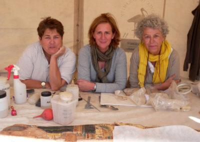 Pía, Aurora y Leonor en la jaima de restauración.