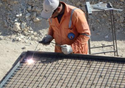 Mohamed suelda la estructura de metal para cerrar el pozo dela tumba de Hery.
