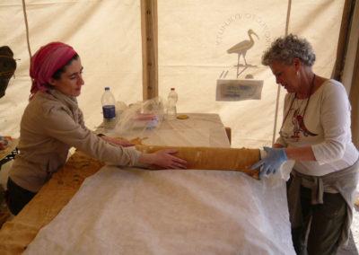 Pía y Gude envuelven las telas de lino de la dinastía XII halladas por carlos el año pasado.