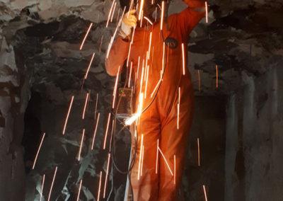 El soldador prepara la instalación del techo de metal en la sala transversal de la tumba de Djehuty.