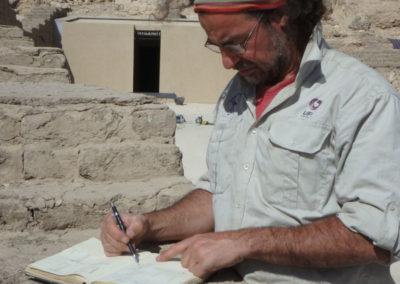 Nacho diseña y planifica los trabajos de acondicionamiento de la tumba de Djehuty.