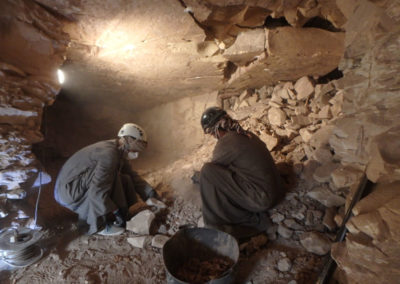 Excavación dentro de la tumba que supervisa Carlos.