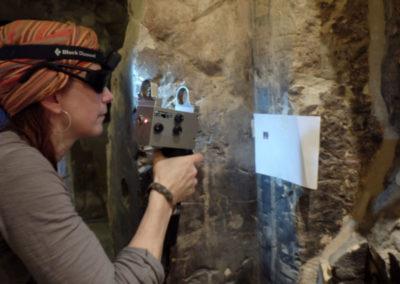 Nina hace ensayos con el láser para la limpieza de las paredes de la tumba de Djehuty.