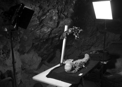 Sesión fotográfica de una momia infantil.