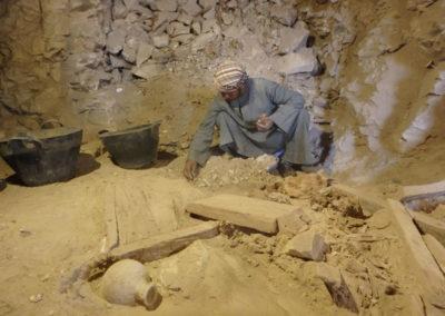 En el pasillo central de la tumba se registra el mismo estrato de arena aluvial y cerámicas que hallamos en el exterior junto al jardín.