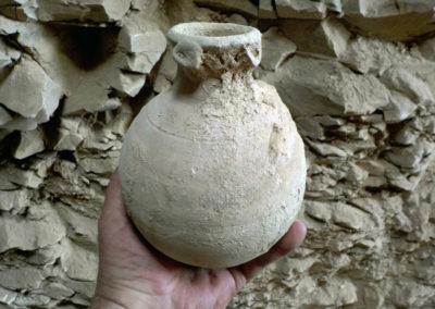 Jarrita de la dinastía XII, de cerámica margosa y decoración incisa y modelada.