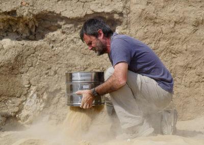 Guillem cribando arena de dentro de la tumba de la dinastía XII.
