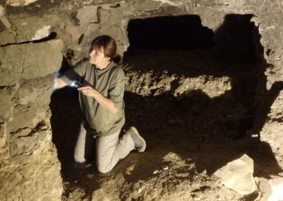 Tina estudia los graffiti demóticos en las galerías que se abren en la tumba de Hery.