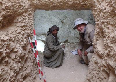 Carlos e Ibrahim a la entrada de la cámara sepulcral.