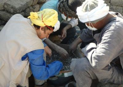 Salima criba la tierra extraída de la cámara donde halló el año pasado las momias de musarañas y pequeñas serpientes.