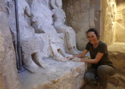 Suni posa contenta tras haber encontrado los dedos de los pies de la estatua de Djehuty.