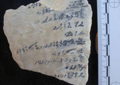 Ostracon de caliza con texto escrito en hierático.