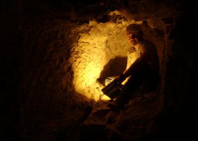 Miguel Ángel indagando sobre el ennegrecido de algunos fragmentos en la tumba de Hery.