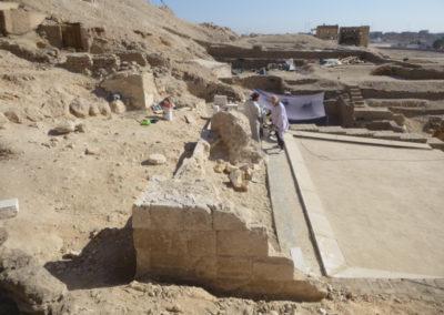 Joan comienza la reconstrucción del recrecimiento de la fachada de la tumba de Djehuty.