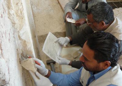 El equipo egipcio de restauración reintegran fragmentos de una jamba a la entrada de la tumba de Djehuty.