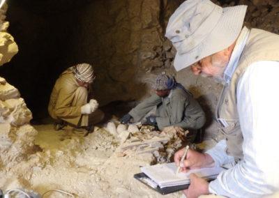 Ibrahim y Yasín excavan mientras Carlos va tomando nota de los detalles.
