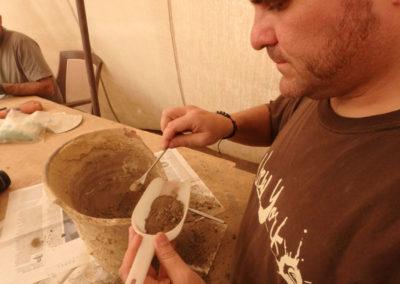 Sebas recoge el contenido de una vasija para analizar luego si conserva polen.