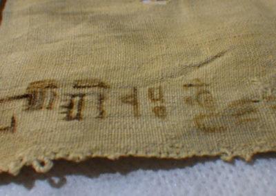Detalle de la inscripción de uno de los linos.