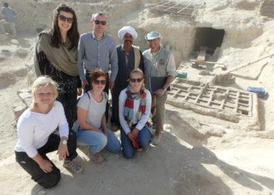 Visita de la misión belga que excava un par de tumba en Sheikh Abd el-Gurna, dirigida por Laurent Bavay, también Director del IFAO.