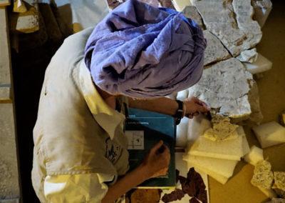 Lucía junta fragmentos del techo de la cámara sepulcral de Djehuty. El recrecimiento de la fachada de Djehuty está ya casi terminado. El recrecimiento de la fachada de Djehuty está ya casi terminado.