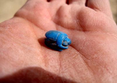 Pequeño escarabeo de fayenza en la mano de José Miguel.
