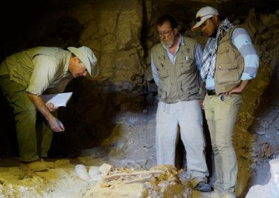 El mudir, Carlos y el inspector Ahmed comentan el saqueo de la tumba de la dinastía XII.