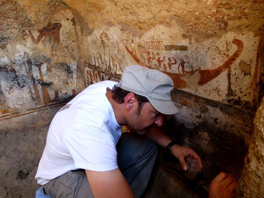Miguel Ángel Navarro restaurando las pinturas de la capilla.