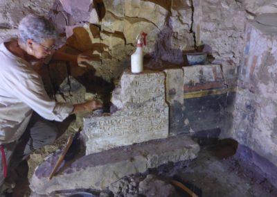 Pía limpia, consolida y restaura lo que queda de la decoración en la tumba de Baki.